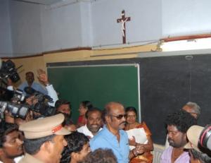 rajini-cast-his-vote-election